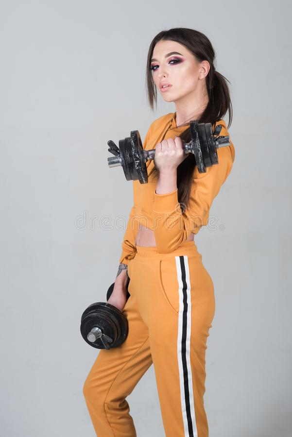 поднимаясь вес вектора человека мышечный женщина гонки смешанной модели прелестной девушки пригодности камеры предпосылки кавказс стоковые изображения rf