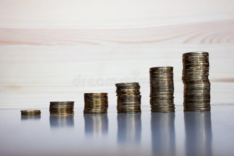 Поднимая монетки стоковые изображения rf