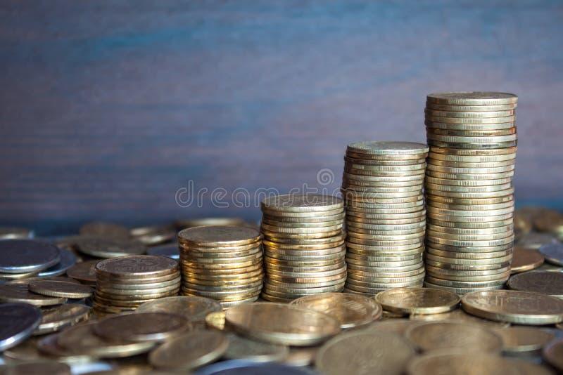 Поднимая монетки стоковое изображение