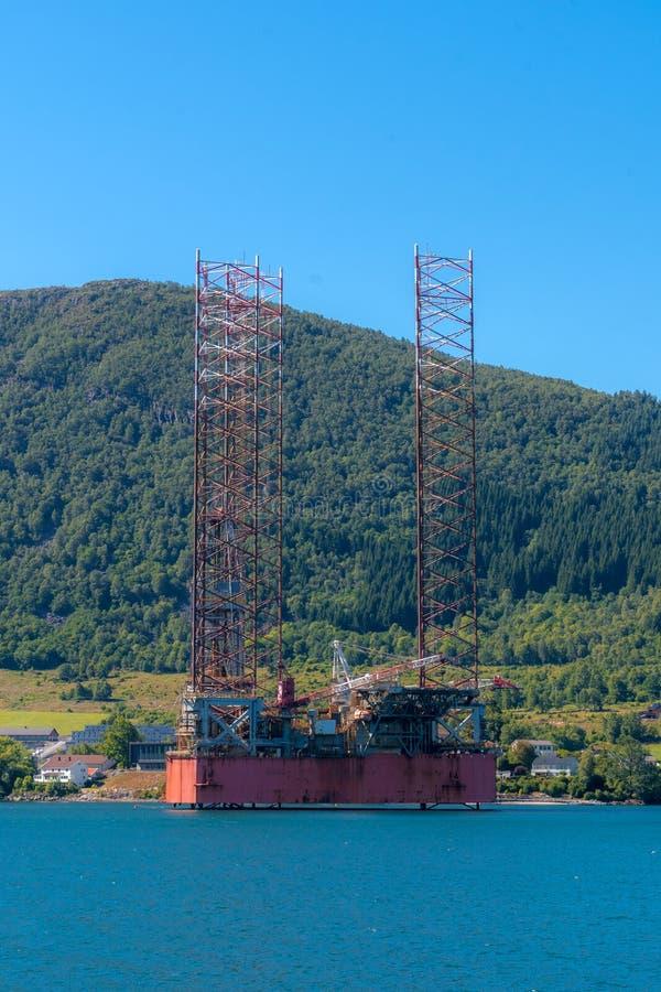 Поднимите вверх холод домкратом снаряжения штабелированный в норвежских водах фьорда стоковая фотография