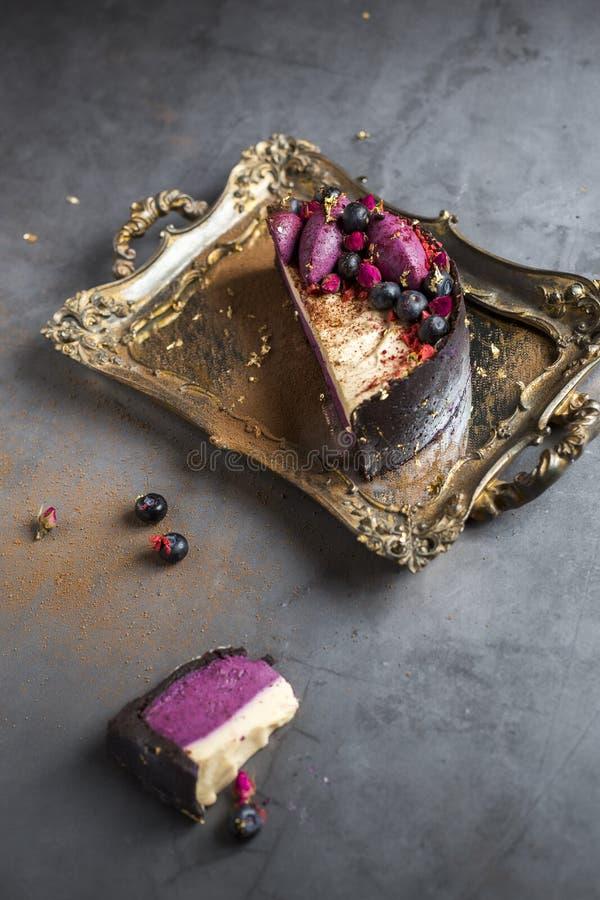 Поднос золота винтажный, десерт шоколада, торт с плодом, серой предпосылкой стоковые изображения