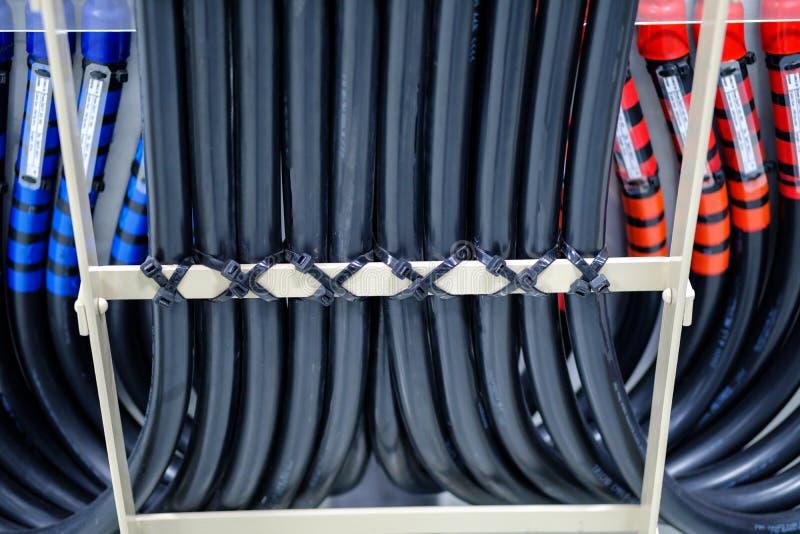 Поднос кабеля с электрической проводкой аранжировал на потолке, tra кабеля стоковые изображения rf