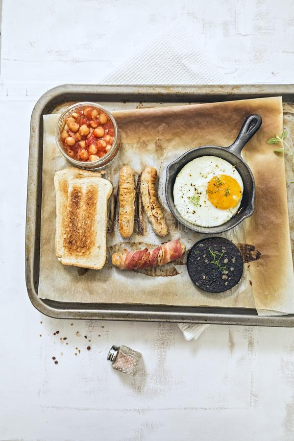 Поднос полностью английского завтрака на белой предпосылке стоковые изображения