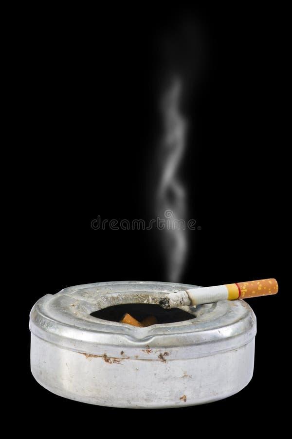 поднос сигареты черноты предпосылки золы стоковое фото