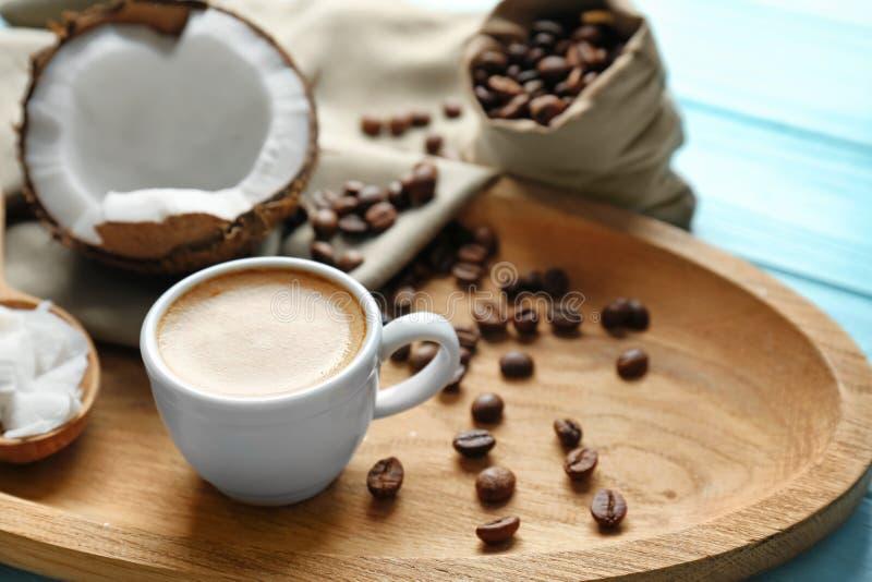 Поднос с чашкой вкусных кофе и гайки кокоса стоковые изображения rf