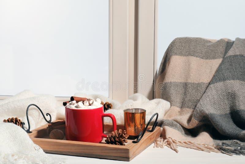 Поднос с чашкой какао на windowsill Питье зимы стоковое фото