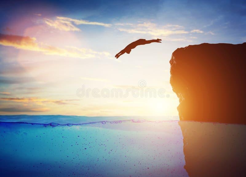 Подныривание человека в воду от высокой скалы к неизвестному иллюстрация штока