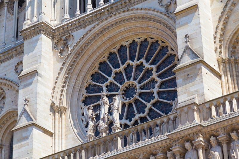 Подняло окно в фасаде собора Нотр-Дам de Парижа средневекового и стоковые фотографии rf
