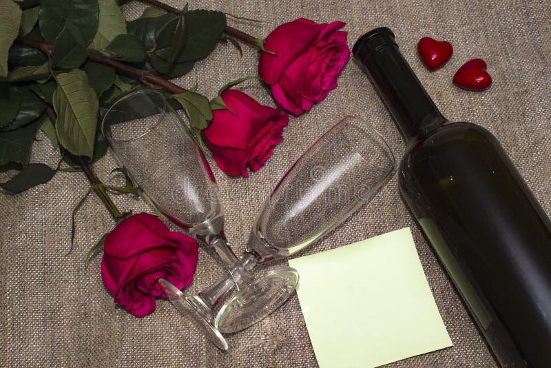 Поднял с стеклами и бутылкой вина стоковое изображение