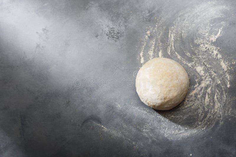 Поднятое или доказанное тесто дрожжей для хлеба или пиццы на floured поверхности шифера стоковые изображения