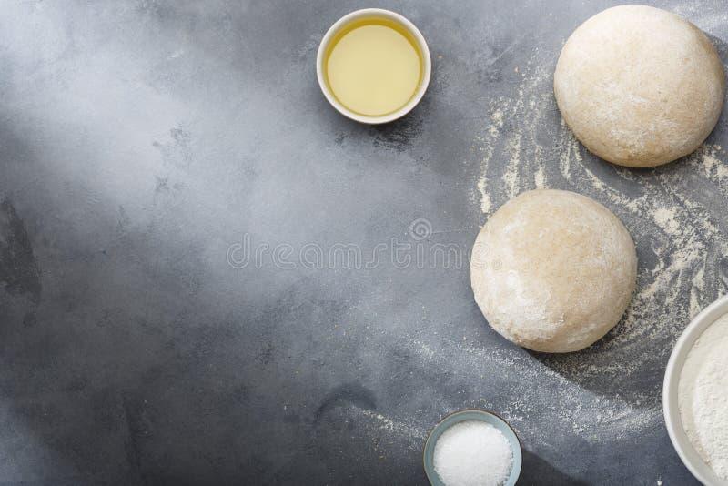 Поднятое или доказанное тесто дрожжей для хлеба или пиццы на floured поверхности шифера стоковые изображения rf