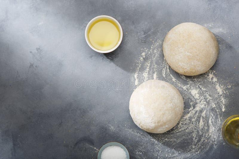 Поднятое или доказанное тесто дрожжей для хлеба или пиццы на floured поверхности шифера стоковое фото rf