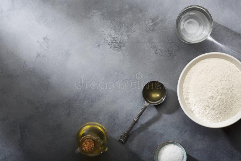 Поднятое или доказанное тесто дрожжей для хлеба или пиццы на floured поверхности шифера стоковая фотография rf