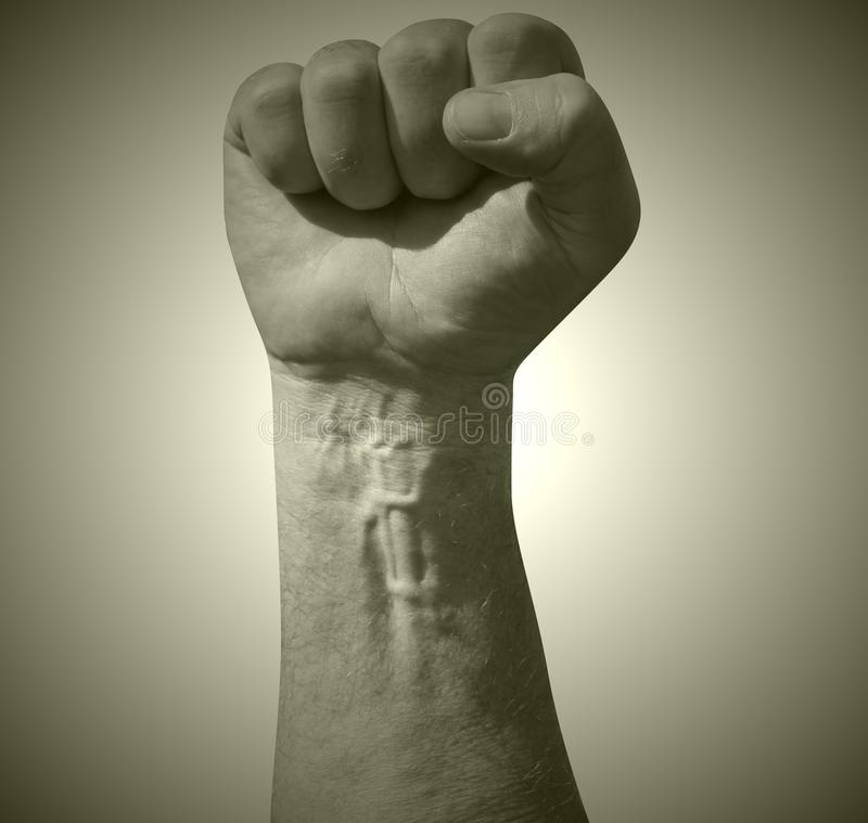 Поднятый сжатый кулак взрослого мужчины в воздухе как угроза боя Как старый фильм все еще в цвете sepia Социализм, communis стоковое фото