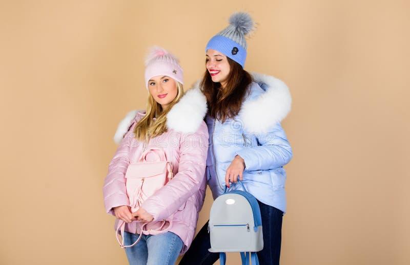 Подогнать их правильно грипп и холод сезонные шоппинг мода на зимнюю одежду нижняя куртка зимние каникулы Студенты стоковое фото rf