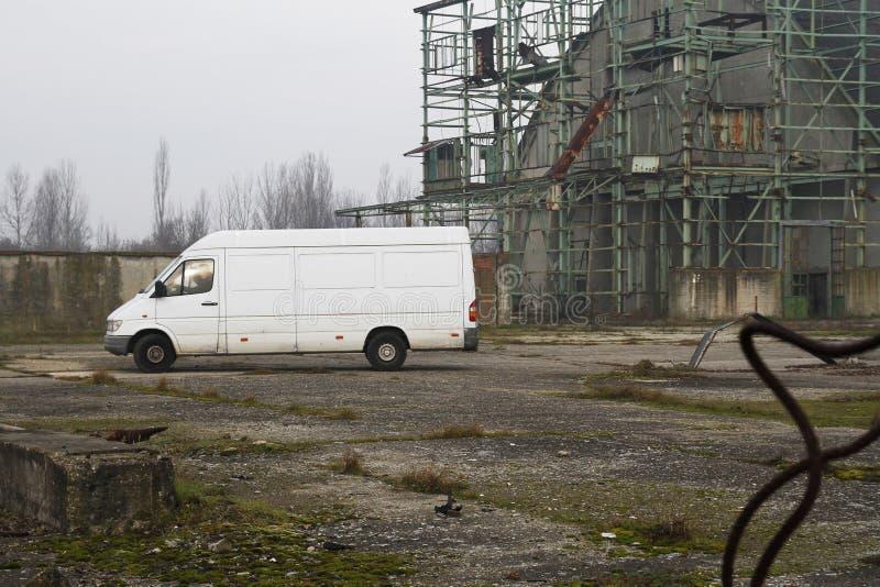 Подозрительный белый фургон двигая в получившуюся отказ фабрику стоковые фотографии rf
