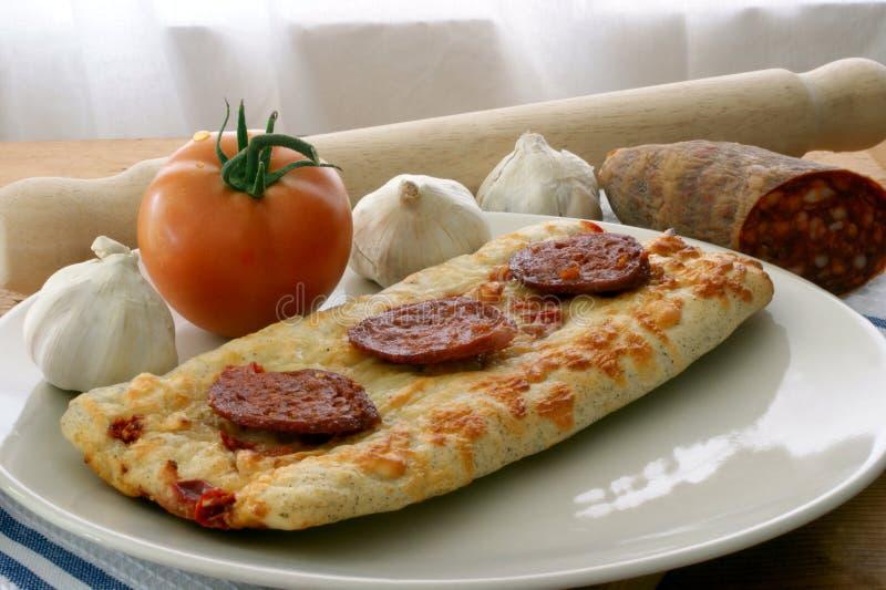 подпертый томат камня салями пиццы печи стоковая фотография
