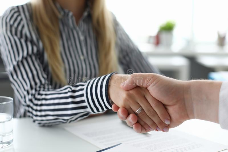 Подписание контракта или согласования стоковая фотография