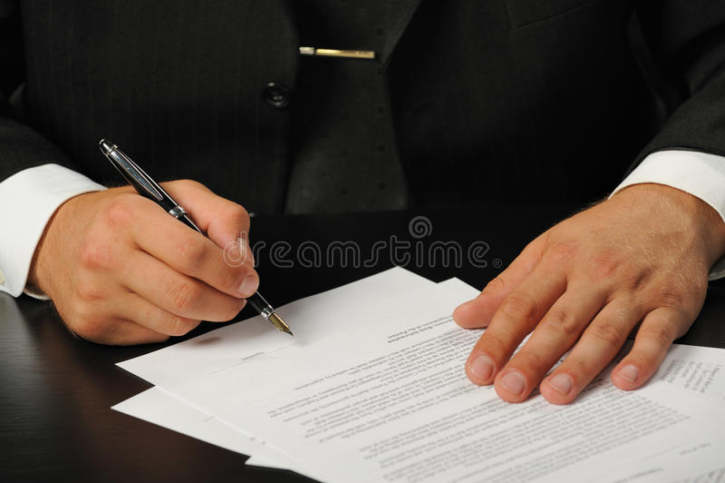 подписание подряда бизнесмена стоковые изображения