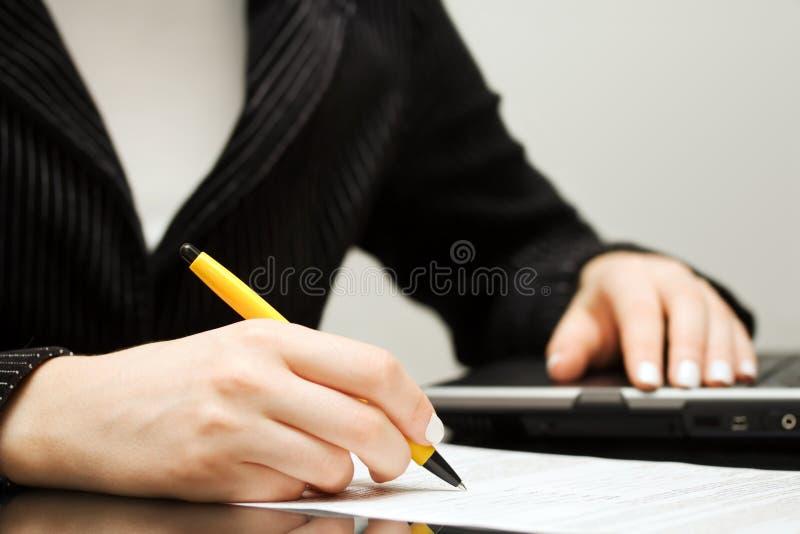 подписание подряда коммерсантки стоковое фото rf