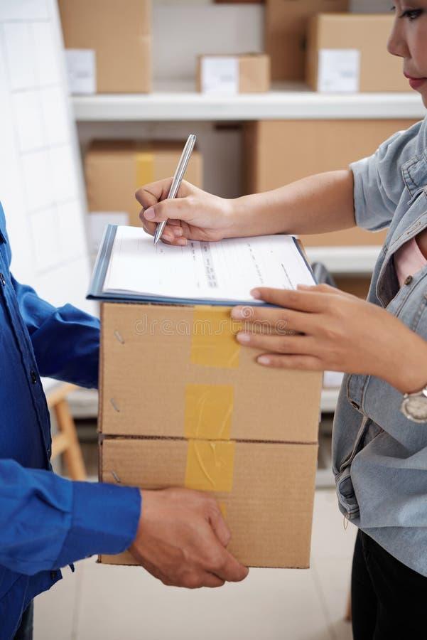 Подписывая документы пакета стоковое фото rf