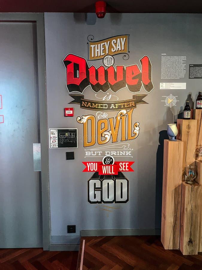 Подпишите на стене внутри винзавода Duvel, Антверпена, Бельгии стоковые фото