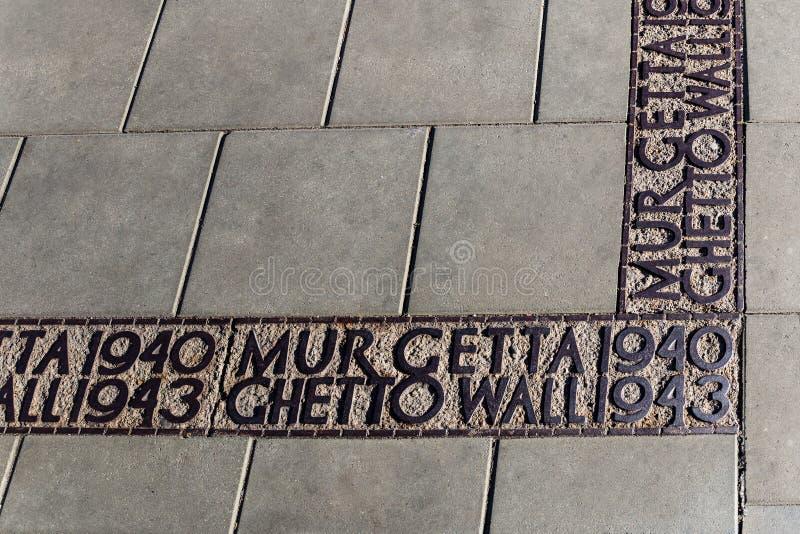 Подпишите на том основании отмечать где стена гетто находилась в Варшаве в Второй Мировой Войне стоковая фотография rf