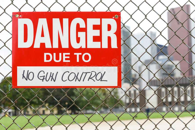Подпишите опасность должную к никакой смертной казни через повешение управления орудием на загородке стоковое фото rf