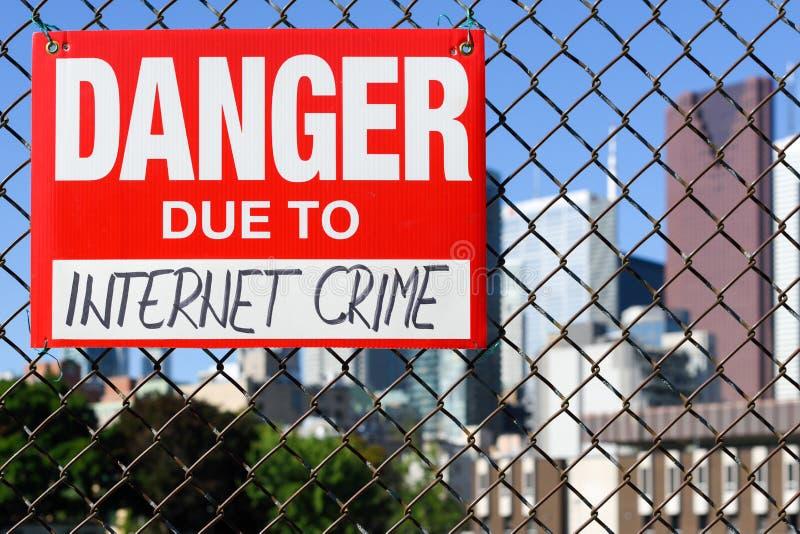 Подпишите опасность должную к смертной казни через повешение злодеяния интернета на загородке стоковые фотографии rf