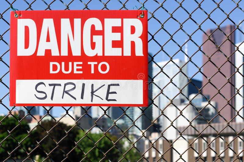 Подпишите опасность должную к смертной казни через повешение забастовки на загородке стоковая фотография