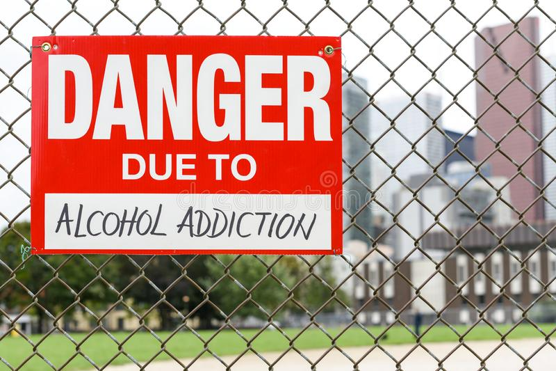 Подпишите опасность должную к смертной казни через повешение алкоголизма на загородке стоковые фотографии rf