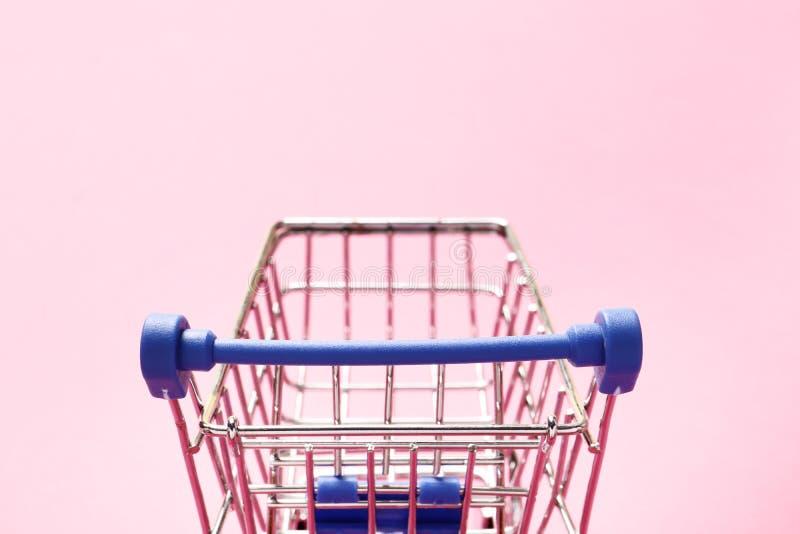 Подпрыгивая тележка на розовой предпосылке стоковые фотографии rf