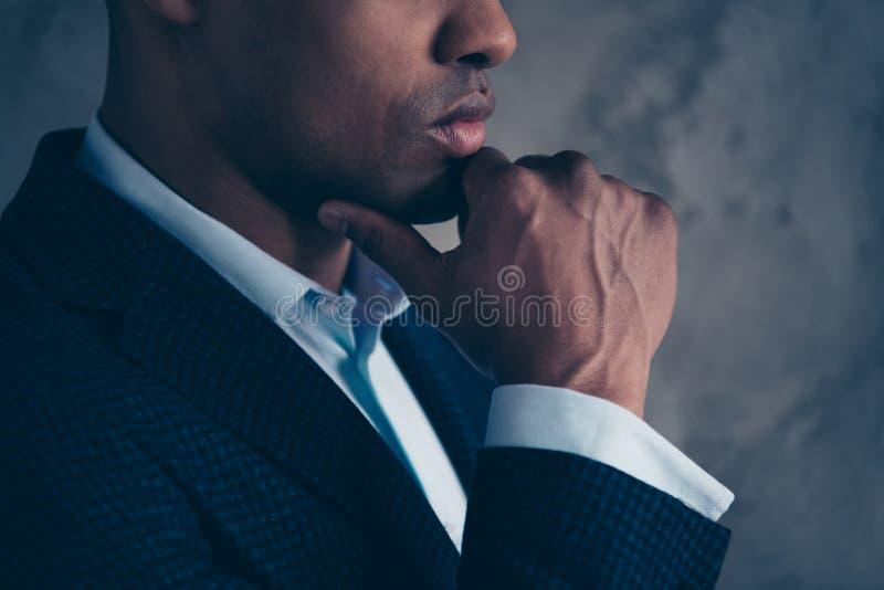 Подрезанная мысль руководства руководителя менеджера фото стороны профиля шикарная привлекательная ультрамодная решает выбирает п стоковые изображения