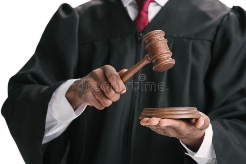 подрезанная съемка Афро-американского судьи с молотком стоковое фото