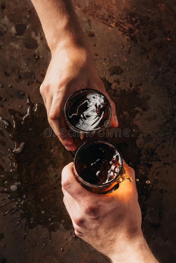 подрезанная съемка друзей clinking кружки пива стоковое изображение