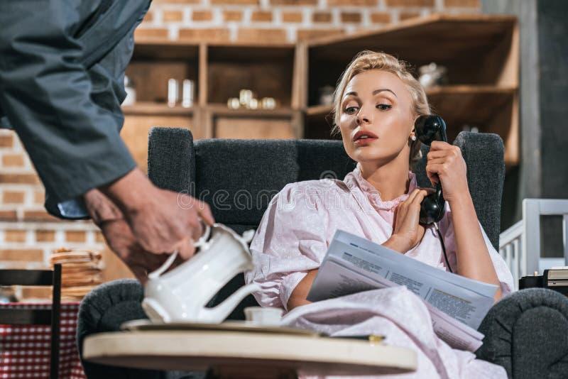 подрезанная съемка кофе супруга лить к женщине стоковая фотография rf