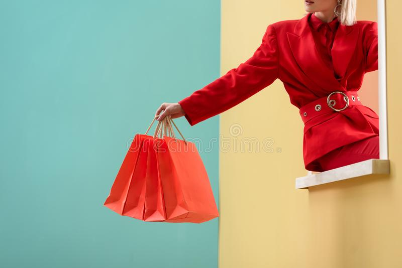 подрезанная съемка модной женщины стоковое изображение