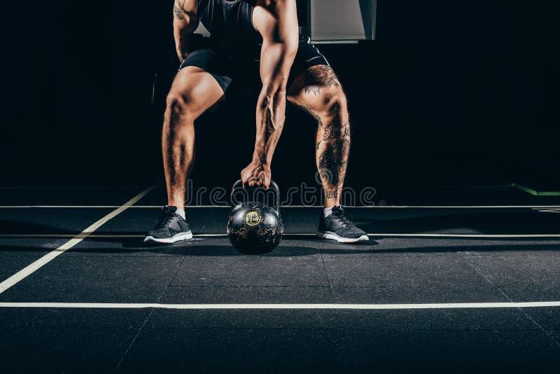 Подрезанная съемка молодого атлетического спортсмена стоковое фото rf