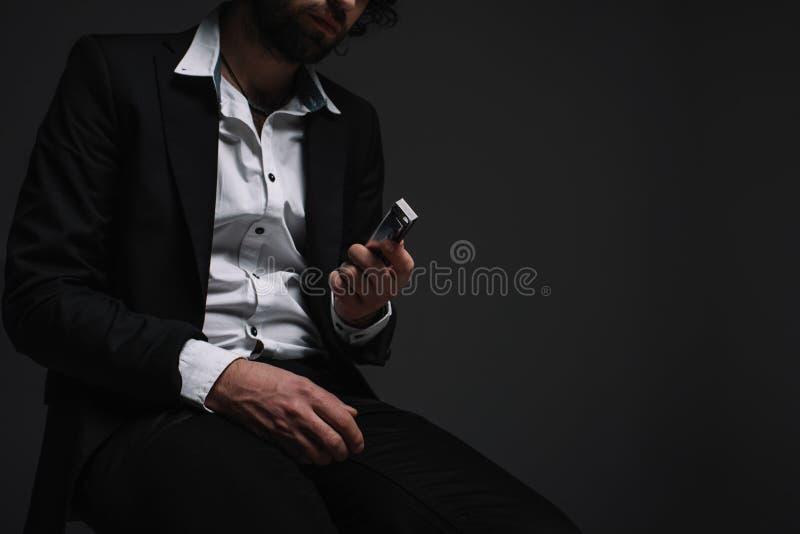подрезанная съемка человека в губной гармонике удерживания костюма стоковая фотография rf