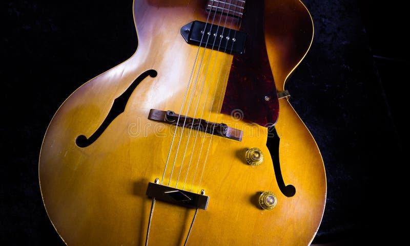 Подрезанное изображение античной гитары Archtop джаза стоковые изображения rf