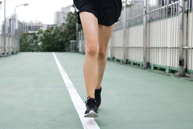 Подрезанное изображение молодого бегуна бежать на улице Концепция фитнеса и тренировки стоковые фотографии rf