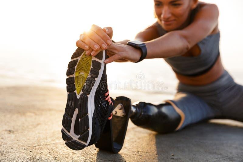Подрезанное изображение неработающей женщины спортсмена стоковое фото