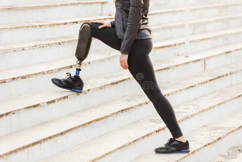 Подрезанное изображение неработающей идущей девушки с простетической ногой в sp стоковые фото