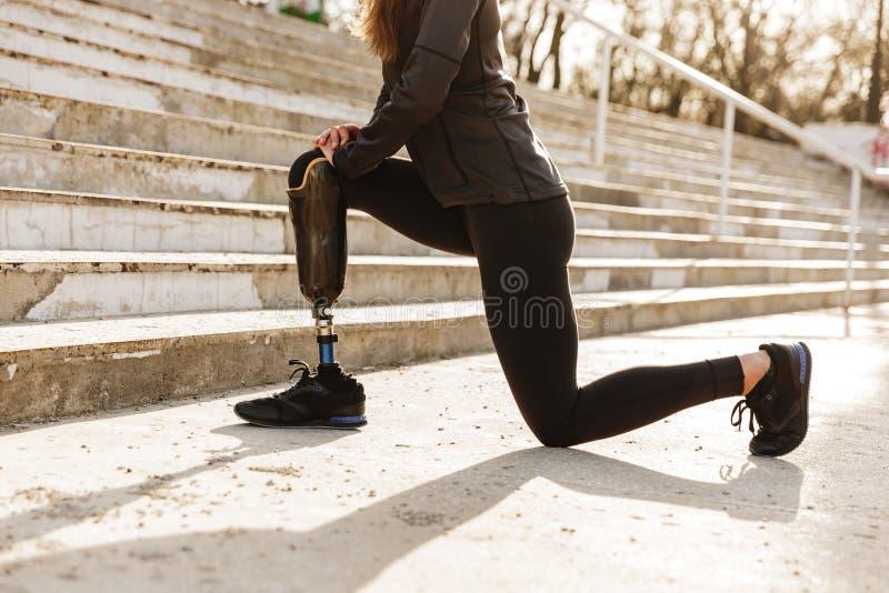 Подрезанное изображение неработающей sporty женщины в tracksuit, делая спорт стоковое изображение rf