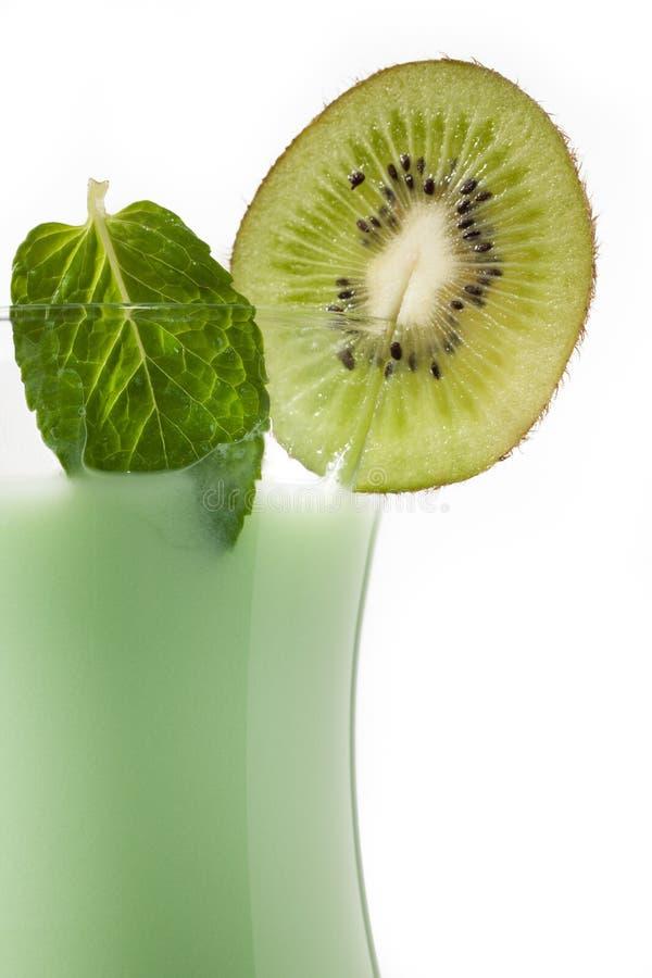 Подрезанное изображение стекла фруктового сока кивиа стоковые фото