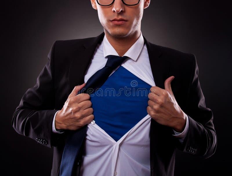 Подрезанный взгляд супер бизнесмена стоковые изображения