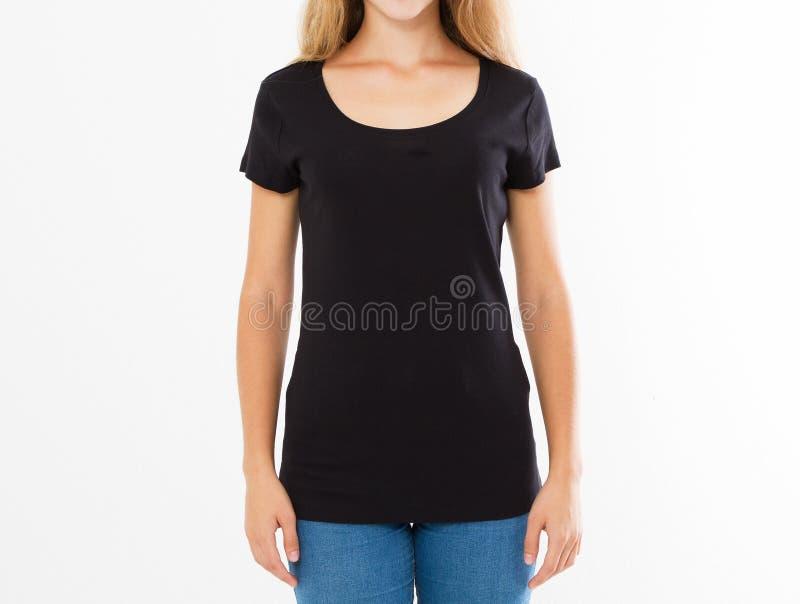 Подрезанный портрет молодой белокурой женщины с красивым тонким телом нося черную футболку с космосом экземпляра для вашего текст стоковая фотография