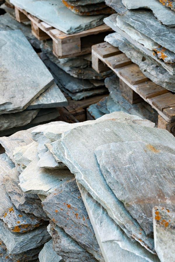 Подробный вид на гранит из камня и плитки из крыши, готовые к установке на крышу дома стоковое изображение rf