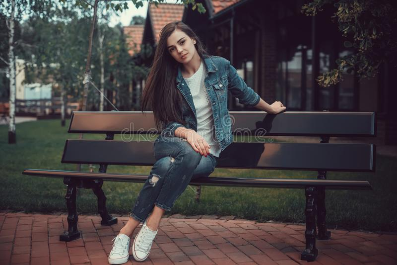 Подростки девушки идя вокруг города Красивый, маленькая девочка в влюбленности ждет ее парня стоковая фотография rf