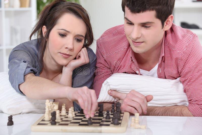 Подростки играя шахмат. стоковые изображения rf